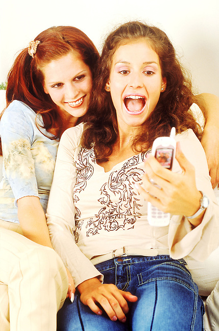 Beaute, femme, deux rousses se photographiant avec un telephone portable *** Two red haired girls photographing themselves with a mobile phone, Female Beauty