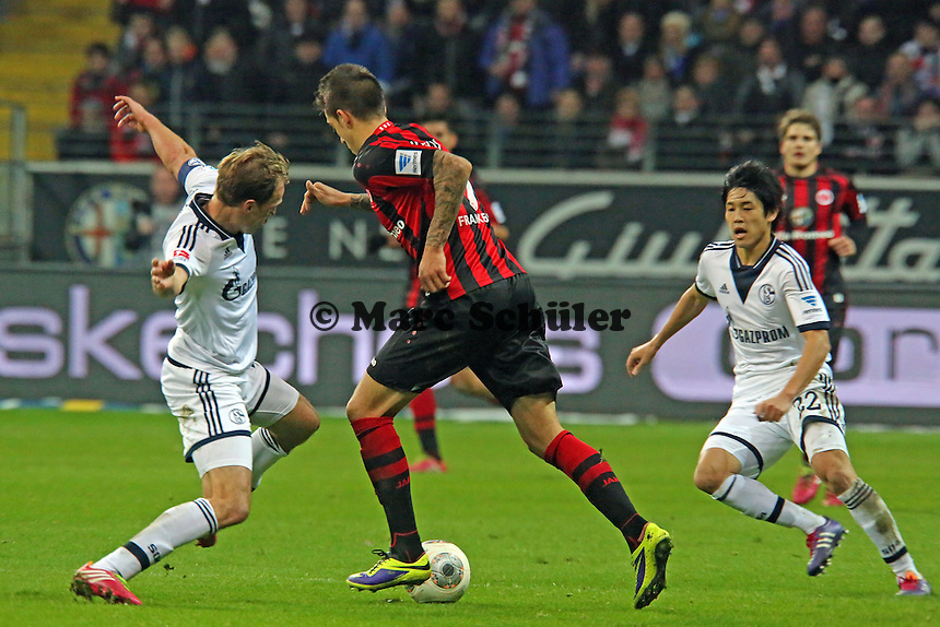 Joselu (Eintracht) gegen Benedikt Höwedes (Schalke) - Eintracht Frankfurt vs. FC Schalke 04, Commerzbank Arena