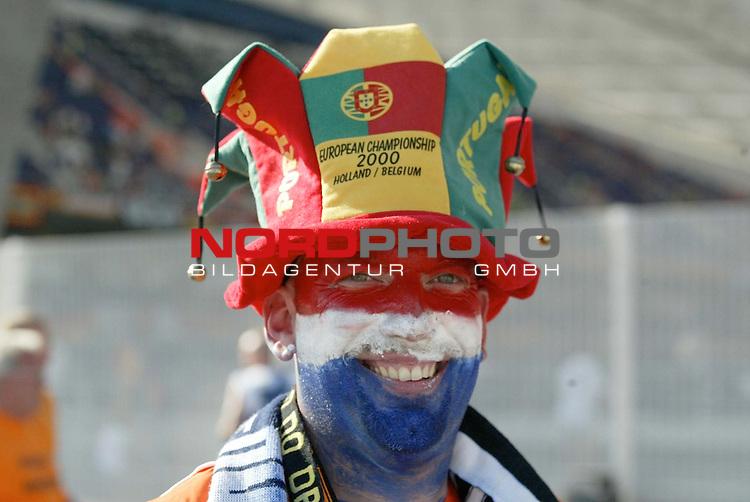 Europameisterschaft 2004 Portugal<br /> <br /> Deutschland - Niederlande<br /> <br /> Fans vor dem Spiel <br /> <br /> Foto &copy; nordphoto<br /> <br /> <br /> <br /> <br /> <br /> <br /> <br />  *** Local Caption *** Foto ist honorarpflichtig! zzgl. gesetzl. MwSt.<br /> <br />  Belegexemplar erforderlich<br /> <br /> Adresse: nordphoto<br /> <br /> Georg-Reinke-Strasse 1<br /> <br /> 49377 Vechta<br /> <br /> Telefon: 04441-89400 / Fax: 04441-894022