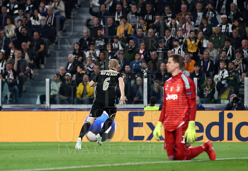 Football Soccer: UEFA Champions UEFA Champions League quarter final second leg Juventus - Ajax, Allianz Stadium, Turin, Italy, March 12, 2019. <br /> Ajax's Donny van de Beek (l) celebrates after scoring during the Uefa Champions League football match between Juventus and Ajax  at the Allianz Stadium, on March 12, 2019.<br /> UPDATE IMAGES PRESS/Isabella Bonotto