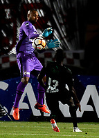 BOGOTÁ - COLOMBIA, 23-10-2018: Robinson Zapata (Izq.) guardameta de Independiente Santa Fe (COL), disputa el balón con Didier Delgado (Izq.) jugador de Deportivo Cali (COL), durante partido de ida entre Independiente Santa Fe (COL) y Deportivo Cali (COL), de los cuartos de final, S1 por la Copa Conmebol Sudamericana 2018, en el estadio Nemesio Camacho El Campin, de la ciudad de Bogotá. / Robinson Zapata (L) goalkeeper of Independiente Santa Fe (COL), fights for the ball with Didier Delgado (R) player of Deportivo Cali (COL), during a match of the first leg between Independiente Santa Fe (COL) and Deportivo Cali (COL), of the quarterfinals, S1 for the Conmebol Sudamericana Cup 2018 in the Nemesio Camacho El Campin stadium in Bogota city. Photo: VizzorImage / Luis Ramírez / Staff.