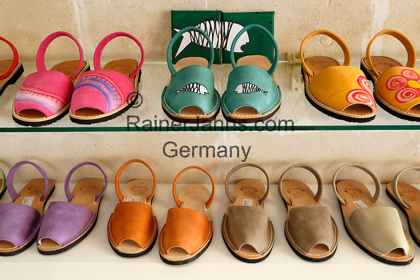 Spain, Menorca: Famous Menorcan sandals | Spanien, Menorca: Sandalen von Menorca, ein beliebtes Souvenir