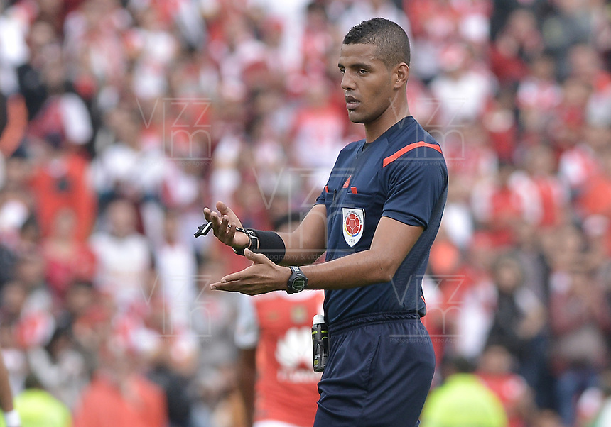 BOGOTÁ -COLOMBIA, 02-04-2016. Leonard Mosquera, arbitro, durante partido entre Independiente Santa Fe y Patriotas FC por la fecha 11 de la Liga Aguila I 2016 jugado en el estadio Nemesio Camacho El Campin de la ciudad de Bogota. / Leonard Mosquera, referee, during postponed match between Independiente Santa Fe and Patriotas FC for the date 11 of the Liga Aguila I 2016 played at the Nemesio Camacho El Campin Stadium in Bogota city. Photo: VizzorImage / Gabriel Aponte / Staff.. Photo: VizzorImage/ Gabriel Aponte / Staff