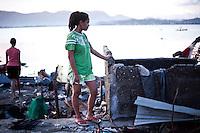 """Monic sous le choc devant les débris de sa maison. """"Tout a été détruit, je ne reconnais plus ma maison, c'était une des plus grande du quariter, il ne reste plus rien"""" explique Monic. Tacloban, Novembre 2013. VIRGINIE NGUYEN HOANG"""