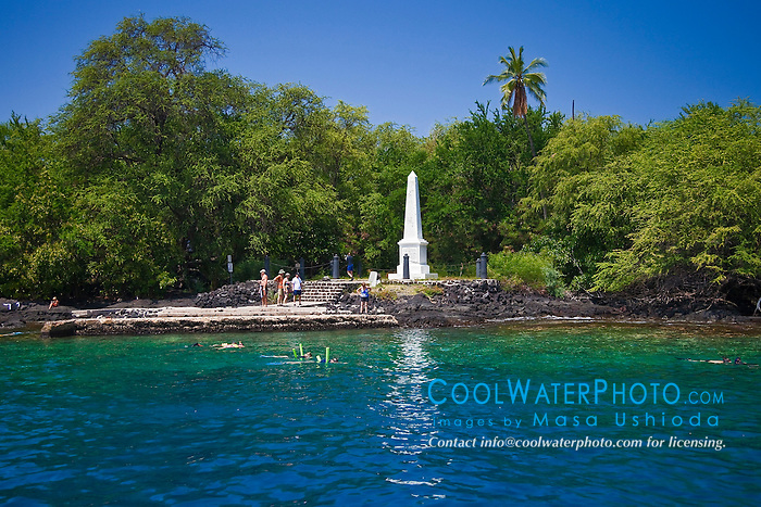 snorkelers and Captain Cook Monument, Kealakekua Bay Marine Preserve, Captain Cook, Big Island, Hawaii, USA, Pacific Ocean