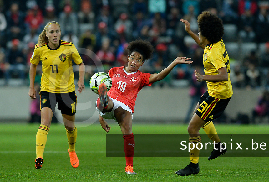 20181009 – BIEL BIENNE , SWITZERLAND : Belgian Janice Cayman (11) pictured watching Swiss Eseosa Aigbogun (19) during the female soccer game between Switzerland and the Belgian Red Flames , the second leg in the semi finals play offs for qualification for the World Championship in France 2019 ; the first leg ended in equality 2-2 ;  Tuesday 9 th october 2018 at The Tissot Arena  in BIEL BIENNE , Switzerland . PHOTO SPORTPIX.BE | DAVID CATRY
