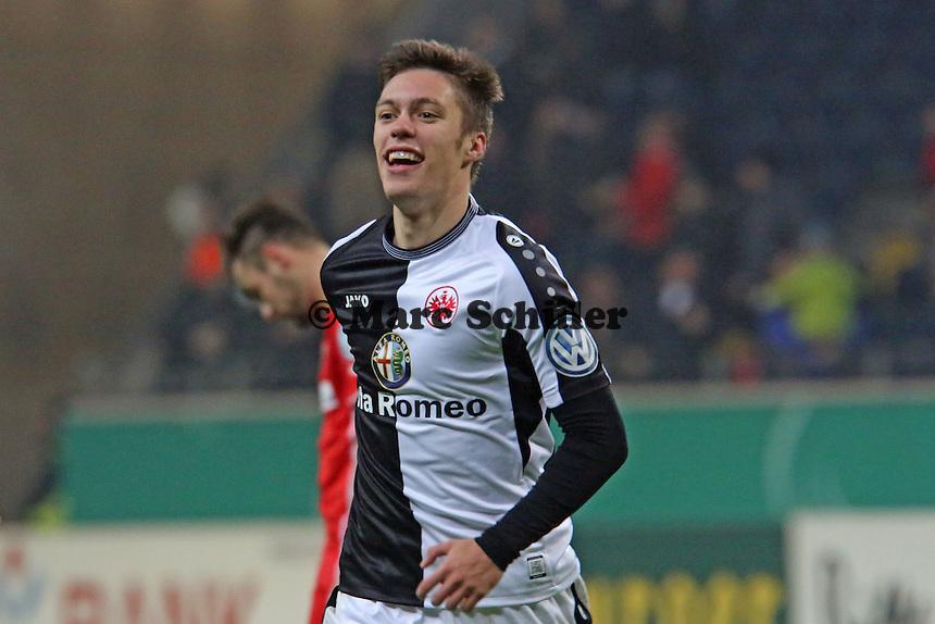 Vaclav Kadlec (Eintracht) jubelt über sein Tor zum 3:2, dahinter David Ulm (SVS) frustriert - Eintracht Frankfurt vs. SV Sandhausen, DFB-Pokal, Commerzbank Arena