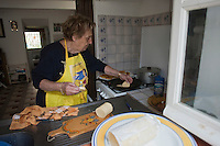 Europe/France/Provence-Alpes-Côte d'Azur/13/Bouches-du-Rhône/Marseille: Préparatifs du repas au cabanon d'Yves Darnaud, cabanonier à la Calanque de Sormiou - Yvette prépare les panisses, préparation à base de pois chiches, qui se mange en friture - Yvette Kevran Auto N: 2009-107