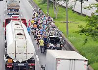 SÃO PAULO,SP - 29.11.2015 - ACIDENTE-SP - Um grupo de ciclistas se envolveram em um acidente entre si, interrompendo parcialmente o trânsito, da pista expressa da Marginal Tietê, sentido Ayrton Senna, altura da Ponte da Casa Verde, na manhã desse domingo, 29. Segundo informações dos mesmos, 2 ciclistas sofreram ferimentos leves. (Foto: Eduardo Carmim/Brazil Photo Press)