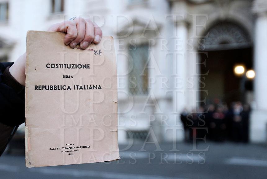 Una militante del Popolo Viola mostra una copia della Costituzione davanti alla sede della Corte Costituzionale, a Roma, 13 gennaio 2011, dopo l'arrivo della notizia della parziale bocciatura della legge sul legittimo impedimento..UPDATE IMAGES PRESS/Riccardo De Luca