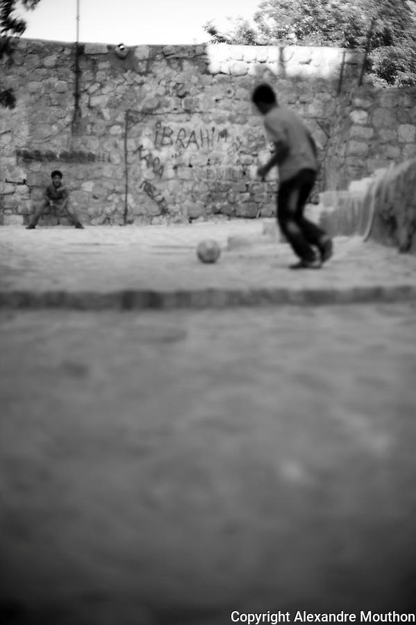 Les ruelles de la vieille ville de Mardin o&ugrave; vivent les familles kurdes et arabes les plus pauvres.<br /> <br /> The streets of the old city of Mardin where Kurdish and Arab poorest families live.