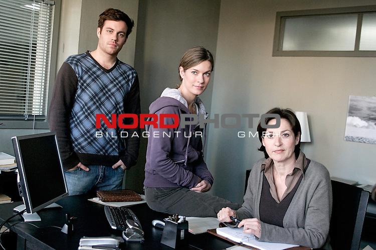 Das Duo, Folge 14, Liebestod (AT)<br /> <br /> ZDF Auftragsproduktion<br /> <br /> <br /> <br /> Hauptkommissarin Clara Hertz (Lisa Martinek, links) und Hauptkommissarin Marion Ahrens (Charlotte Schwab, rechts) und ihr neuer Mitarbeiter, Kriminalassistent Frank DŁblin (Bernhard Piesk).<br /> <br /> <br /> <br /> <br /> <br /> <br /> <br /> Foto &copy; nordphoto / Volker Sarbach<br /> <br />  *** Local Caption *** Foto ist honorarpflichtig! zzgl. gesetzl. MwSt.<br /> <br /> Belegexemplar erforderlich<br /> <br /> Adresse: nordphoto<br /> <br /> Georg-Reinke-Strasse 1<br /> <br /> 49377 Vechta