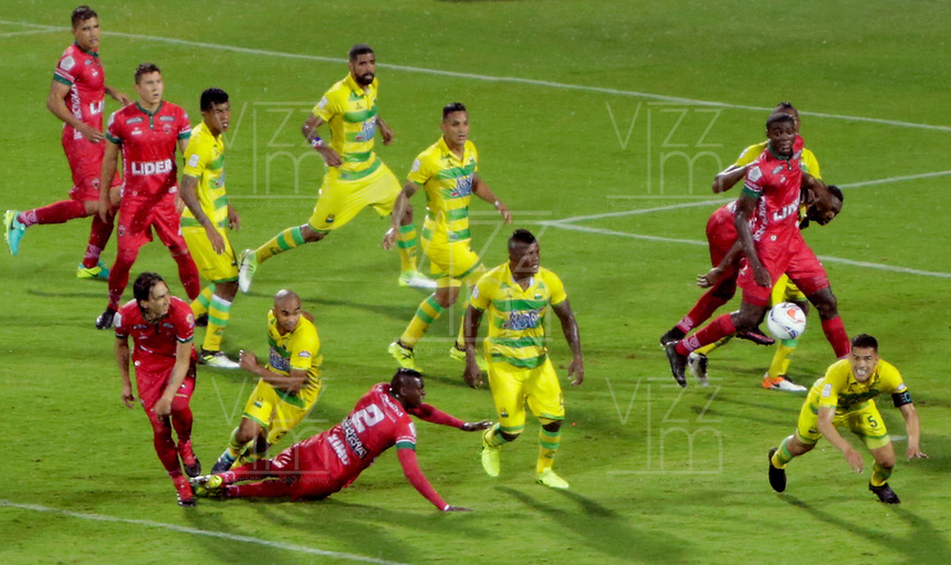 BUCARAMANGA - COLOMBIA, 19-08-2017: Yulian Anchico (Der)  jugador del Atlético Bucaramanga intena rechazar el balón en un ataque de Patriotas FC durante partido por la fecha 9 de la Liga Águila II 2017 jugado en el estadio Alfonso López de la ciudad de Bucaramanga. / Yulian Anchico (R) player of Atletico Bucaramanga tries to reject a ball in an advance of Patriotas FC during match of the Aguila League II 2017 played at Alfonso Lopez stadium in Bucaramanga city. Photo: VizzorImage / Oscar Martínez / Cont