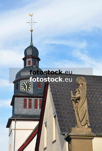 """Evangelische Pfarrkirche St. Laurentius, im Vordergrund das Kriegerdenkmal """"Germania"""""""