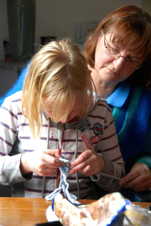 driebergen5 maart 2009. de oosterstraat  die meedoet aan de wedstrijd van de klimaatstraatactie. De kinderen breien een sjaal zodat de kachel een graadje lager kan.. Foto: (c) Renee Teunis
