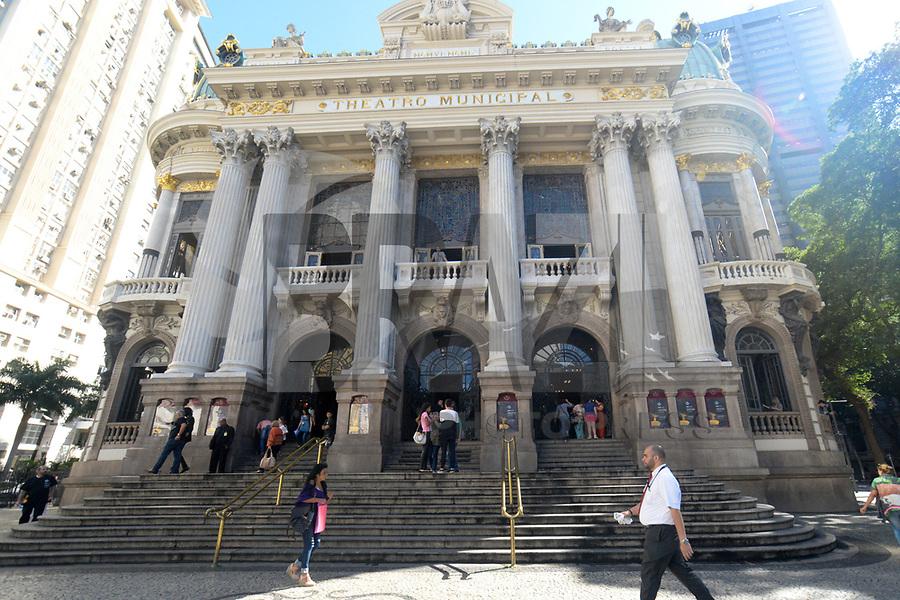 RIO DE JANEIRO, RJ, 14.07.2017 - THEATRO-RJ - O Theatro Municipal abre as portas para comemoração dos seus 108 anos de existência no Rio de Janeiro nesta sexta-feira, 14. (Foto: Clever Felix/Brazil Photo Press)