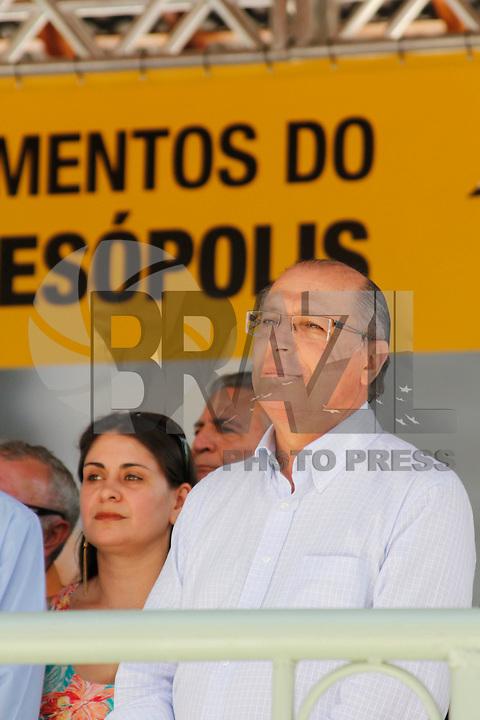 SALESOPOLIS, SP, 02 DE FEVEREIRO DE 2012 - GOVERNADOR GERALDO ALCKMIN INVESTIMENTOS DA FUMUFI - O governador do Estado Geraldo Alckmin, durante anuncio de investimentos nas areas de moradia e da duplicação da SP 077 e da SP 088. Alckmin também fez o descerramento da placa do vicinal de ligação entre as rodovias. Cerimonia na tarde desta quinta-feira em Salesopolis  em Sao Paulo.  (FOTO: WARLEY LEITE - NEWS FREE).