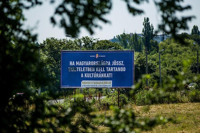 """Plakate der Orbanregierung mit Warnungen und Anweisungen für Flüchtlinge: """"Wenn Du nach Ungarn kommst, mußt Du unsere Kultur respektieren""""/ Posters with orders for Immigrants: """"If you come to Hungary, you have to respect our culture"""""""
