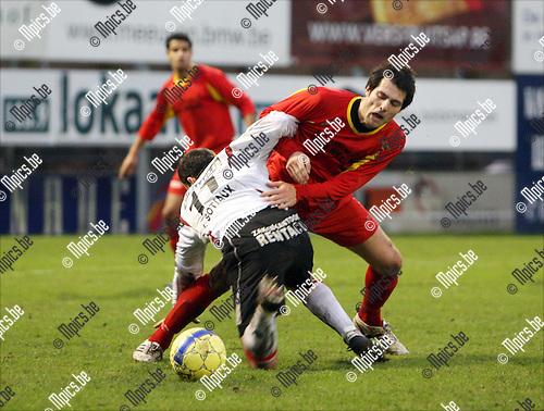 2008-12-21 / Voetbal / R. Kapellen FC - KVC Willebroek-Meerhof / Duel tussen Vladan Devic van Willebroek op Kurt Rombouts van Kapellen..Foto: Maarten Straetemans (SMB)