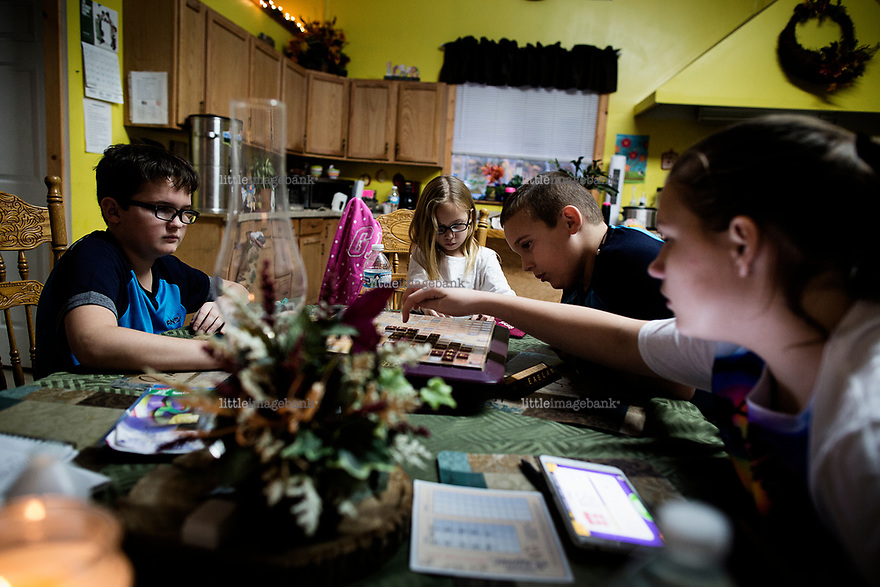 Ohio, Usa. Oktober 2016. Fin, Connely, Liam og Delaney spiller Scrabble. Fotografier til dokument om valget i Usa og Appalachene. Foto: Christopher Olssøn