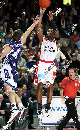 2010-01-02 / Basketbal / Antwerp Giants - Aalstar / Bryan Hopkins (Antwerp) met een shotpoging, Huffman probeert hem te stoppen...Foto: mpics