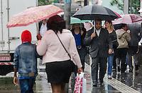 SAO PAULO, SP, 25.11.2013 - CLIMA TEMPO - Paulistano vive tarde chuvosa, na Avenida Paulista, região central da capital, nesta segunda feira, 25. A previsão é de chuva para o dia todo..  (Foto: Alexandre Moreira / Brazil Photo Press)