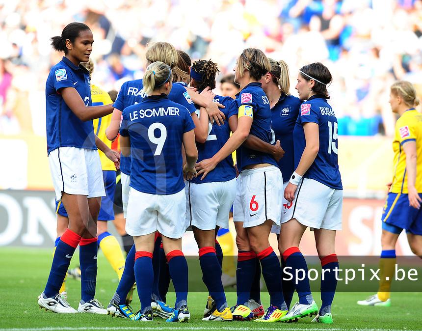 Fifa Women's World Cup Germany 2011 : Zweden - France Frankrijk at Sinsheim World Cup stadium : Elodie Thomis vreugdevol na haar doelpunt . ze deelt deze vreugde met Eugenie Le Sommer en de rest van haar ploegmaats.foto DAVID CATRY / Vrouwenteam.be