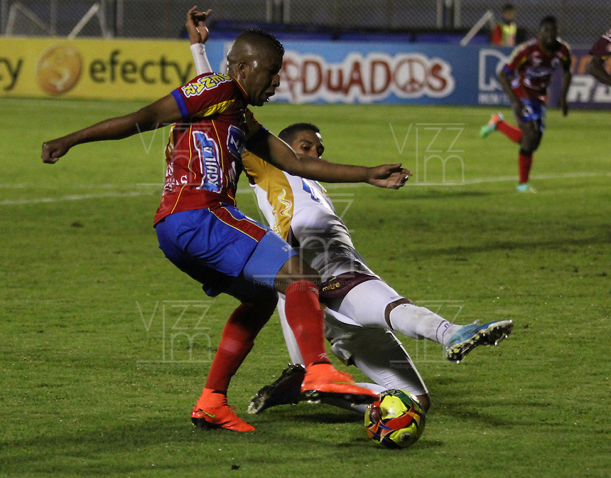 PASTO - COLOMBIA -24-03-2014: Efrain Maturana (Der.) jugador de Deportivo Pasto disputa el balón con Julian Quiñonez (Izq.) jugador del Deportes Tolima durante partido Deportivo Pasto  y Deportes Tolima por la fecha 6 de la Liga Postobon II 2014, jugado en el estadio Libertad de la ciudad de Pasto.  / Efrain Maturana (R) player of Deportivo Pasto fights for the ball with Julian Quiñonez (L) player of Deportes Tolima during a match Deportivo Pasto and Deportes Tolima for the date 6 of the Liga Postobon II 2014 at the Libertad stadium in Pasto city. Photo: VizzorImage  / Leonardo Castro / Str.
