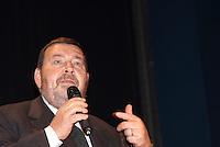 """Giuliano Ferrara parla all'incontro """"Subito al voto"""" da lui organizzato al teatro Manzoni. Milano, 12 novembre 2011..Giuliano Ferrara speaks at the meeting """"Vote now"""" organized by himself at Manzoni theater. Milan, November 12, 2011."""