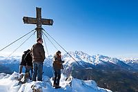 Deutschland, Bayern, Oberbayern, Berchtesgadener Land, Berchtesgaden: Gipfelkreuz am Jenner, im Hintergrund der Watzmann | Germany, Upper Bavaria, Berchtesgadener Land, Berchtesgaden: Jenner summit cross with Watzmann mountain at background