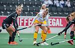 AMSTELVEEN - Maartje Krekelaar (DenBosch) met Lauren Stam (Adam)     tijdens de hoofdklasse hockeywedstrijd dames,  Amsterdam-Den Bosch (1-1).   COPYRIGHT KOEN SUYK