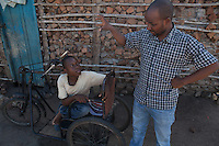 Lázaro Januario Wenz is 19 years old and lives in Nhamatanda, Sofala province, Mozambique. Handicap International provided him a 3-months craft business training and a starter kit. He lives with his older brother and sister in law. Beira Handicap International team together with Lázaro during a monitoring visit.