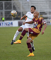 IBAGUÉ -COLOMBIA, 11-12-2013. Jonathan Estrada (Der) jugador de Deportes Tolima disputa el balón con Andres Perez (Izq) jugador del Deportivo Cali por la fecha 4 de la Liga Aguila I 2015 jugado en el estadio Manuel Murillo Toro de la ciudad de Ibagué./ Jonathan Estrada (R) player of  Deportes Tolima vies for the ball with Andres Perez (L) player of Deportivo Cali for the 4th date of the Aguila League I 2015 played at Manuel Murillo Toro stadium in Ibague city. Photo: VizzorImage/STR