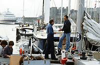 Première Route du Rhum, 1978. Les voiliers à quai au port de Saint-Malo. Eric Tabarly en visite sur Kriter IV, skipper Olivier de Kersauson, arrivé 4e.