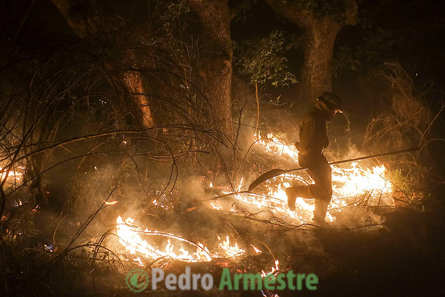 Firefighters from the BRIF (Forest Fire Backup Brigade) work at the site of a wildfire in Cualedro, near Ourense on August 25, 2013. (c) Pedro ARMESTRE.