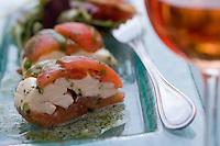"""Europe/Provence-Alpes-Côte d'Azur/83/Var/Saint-Tropez:pressé de tomates ,mozarella fumée, huile au basilic,croquant de pain à l'huile d'olive ,recette de Ronan Kernen chef du restaurant """"Palm"""""""