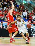****BETALBILD**** <br /> Uppsala 2015-04-24 Basket SM-Final 3 Uppsala Basket - S&ouml;dert&auml;lje Kings :  <br /> S&ouml;dert&auml;lje Kings John Roberson i kamp om bollen med Uppsalas Mannos Nakos under matchen mellan Uppsala Basket och S&ouml;dert&auml;lje Kings <br /> (Foto: Kenta J&ouml;nsson) Nyckelord:  Basket Basketligan SM SM-final Final Fyrishov Uppsala S&ouml;dert&auml;lje Kings SBBK