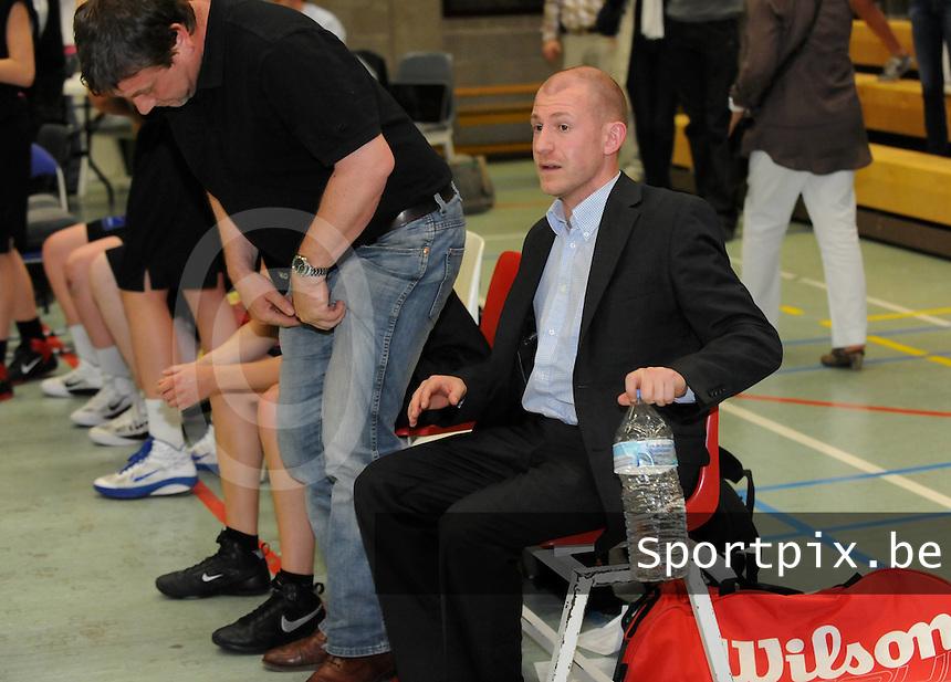 BBC Waregem Dames - Sint Katelijne Waver : de coach van Sint Katelijne Waver Arvid Diels gaat ontgoocheld zitten na de verloren match.foto VDB / BART VANDENBROUCKE