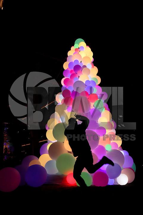NOVA YORK, EUA, 22.12.2018 - NATAL-EUA - Árvore de Natal com bolas iluminadas e vista na Ilha de Manhattan em Nova York nos Estados Unidos neste sábado, 22.(Foto: Vanessa Carvalho/Brazil Photo Press)