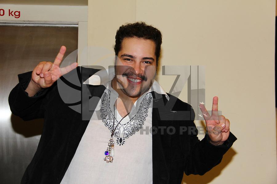 SAO PAULO, SP 16 DE JANEIRO 2012. ESPETÁCULO HAIR-SP. O ator Tiago Abravanel, na exibicao para convidados da peca Hair, no teatro do shopping Frei Caneca, na regiao central de SP, na noite desta segunda-feira, 16. FOTO MILENE CARDOSO - NEWS FREE