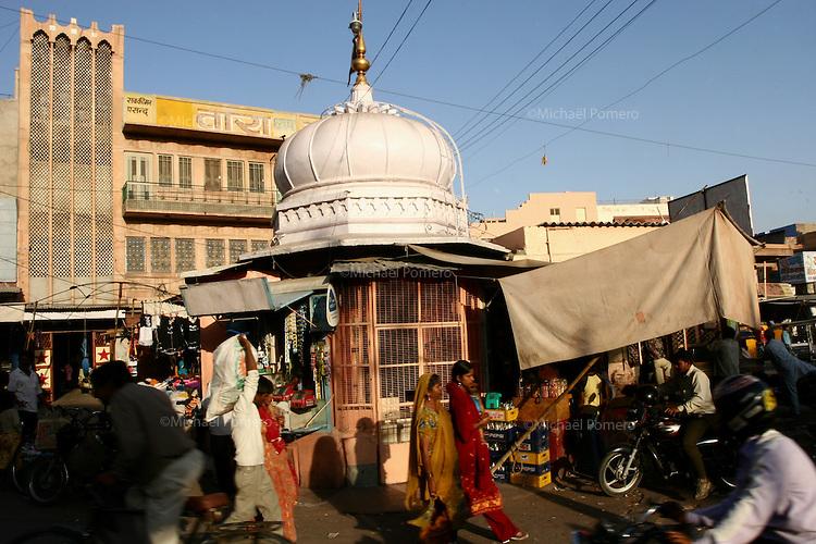 11.10.2008 Jodhpur(Rajasthan)<br /> <br /> Street life near the clock.<br /> <br /> Vie de la rue dans le quartier de l'horloge.