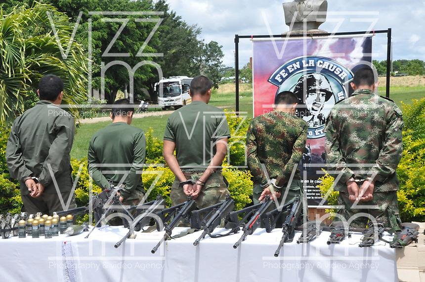 TAME - COLOMBIA - 21-07-2013: Miembros de las Fuerzas Armadas Revolucionarias de Colombia (FARC), durante rueda de prensa en Tame departamento de Arauca, Colombia, julio 21 de 2013. El Presidente Juan Manuel Santos, durante consejo de seguridad en esta población, ordeno a la Fuerzas Miltares aumentar los operativos para dar con los responsables del atentado  donde al menos 15 soldados del Ejercito de Colombia murieron en un ataque de las FARC a un grupo de soldados que cuidaban el oleoducto en esta región del país. (Foto: MinDefensa / VizzorImage / Filibrto Guarnizo / Cont.). Members from the Revolutionary Armed Forces of Colombia (FARC), during press conference in Tame department Arauca, Colombia, July 21, 2013. President Juan Manuel Santos, during the Security Council in this city, ordered the Army increase the Military operating to find those responsible for the attack in which at least 15 Army soldiers were killed for the FARC attack to a group of soldiers guarding the pipeline in this region. (Photo: Minister of Defense / VizzorImage / Filibrto Guarnizo / Cont.)