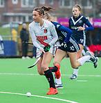 AMSTELVEEN -  Marijn Veen (A'dam) met Cecile Knuvers (Pin)   tijdens de hoofdklasse competitiewedstrijd dames, Pinoke-Amsterdam (3-4). COPYRIGHT KOEN SUYK
