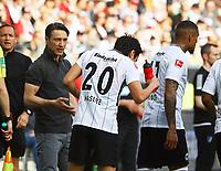 Trainer Niko Kovac (Eintracht Frankfurt) gibt Makoto Hasebe (Eintracht Frankfurt) Anweisungen - 08.04.2018: Eintracht Frankfurt vs. TSG 1899 Hoffenheim, Commerzbank Arena