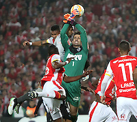 BOGOTÁ-COLOMBIA-18- MARZO-2015.Robinson Zapata  (Izq) jugador de Independiente Santa Fe de Colombia disputa el balón con Victor (Der) jugador Atletico Mineiro de Brasil , durante partido por la tercera fase, llave G1, de la Copa Bridgestone Libertadores 2015 jugado en el estadio Nemesio Camacho El Campin de la ciudad de Bogotá. / Robinson Zapata  (L) player of Independiente Santa Fe of Colombia fights for the ball with Victor (R) player of Atletico Mineiro  during the match for the third phase, G1 key, of the Copa Bridgestone Libertadores 2015 played at Nemesio Camacho El Campin stadium in Bogota city