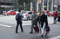 SAO PAULO, 25 DE JUNHO DE 2012 - CLIMA TEMPO SP - Manha de temperaturas baixas na Avenida Paulista, regiao central da capital. FOTO: ALEXANDRE MOREIRA - BRAZIL PHOTO PRESS
