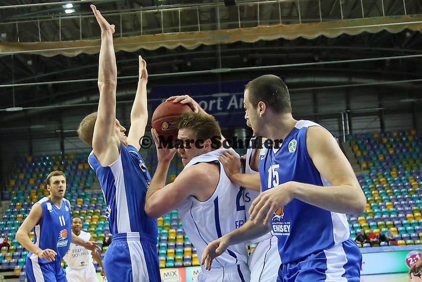 Jacob Burtschi (Skyliners)n erobert den Rebound gegen Evgeny Kolesnikov und Sava Lesic (Enisey) - Fraport Skyliners vs. BC Enisey, Viertelfinale EuroChallenge, Fraport Arena Frankfurt