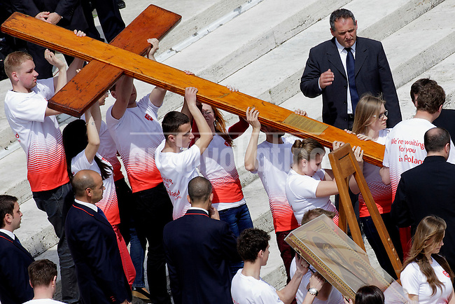 Young people from Poland carry the cross of the World Youth Day (JMJ) at St Peter's square during the Palm Sunday celebrations on April, 2014 at the Vatican. Next World Youth Day will be host by the city of Krakow in Poland