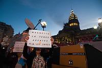 BUENOS AIRES, ARGENTINA, 29.10.2013 - Manifestantes pró-governo gritam palavras de ordem contra o Grupo Clarín, do lado de fora do prédio do congresso, em Buenos Aires, nesta terça-feira (29). A suprema corte do país manteve uma polêmica lei de mídia, aplaudida pelos defensores do governo, que tem como objetivo reduzir a concentração de mercado de grupos de mídia. A legislação, no entanto, é vista pela oposição como uma intromissão estatal destinada a acalmar a dissidência.  (FOTO: PATRICIO MURPHY / BRAZIL PHOTO PRESS).