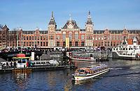 Nederland - Amsterdam -  2019. Centraal Station.  Toeristen op een rondvaartboot. Foto Berlinda van Dam Hollandse Hoogte